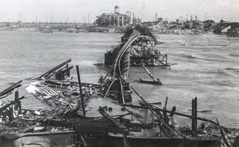 Разрушенный «Литерный» мост. Август 1942 г.