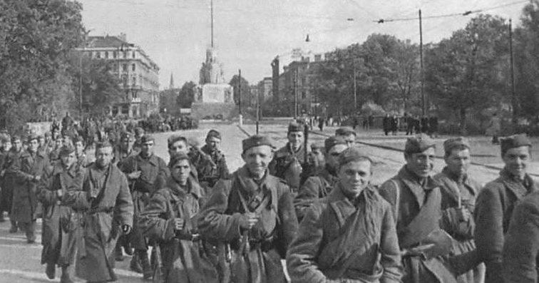 Красноармейцы у памятника Свободы Латвии. Октябрь 1944 г.