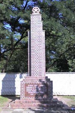 г. Люббенау. Памятник, установленный у братских могил, в которых похоронено 343 советских воина.