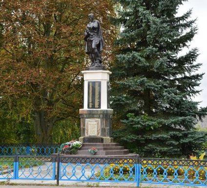 Агрогородок Индура Гродненского р-на. Памятник, установленный на братской могиле, в которой захоронено 243 советских воина.