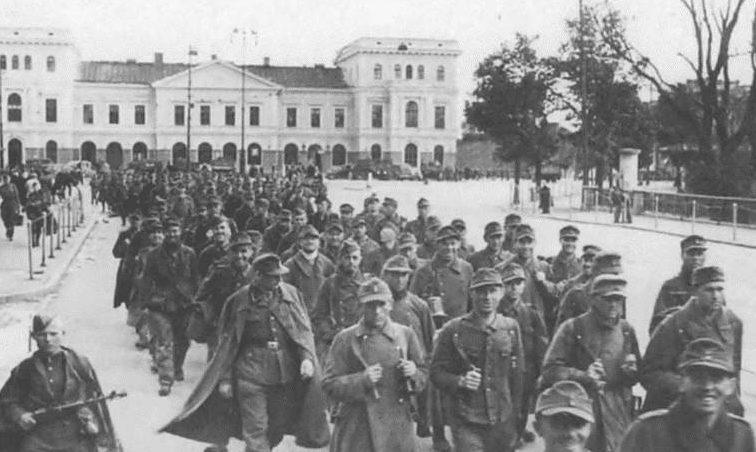 Немецкие военнопленные в Риге. Октябрь 1944 г.