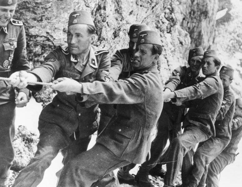 Солдаты корпуса в горах.