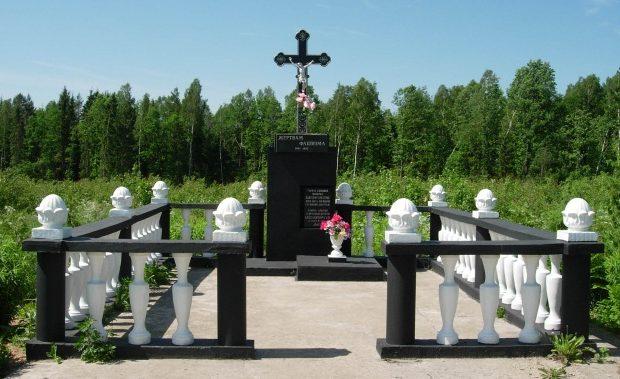 д. Новосяды Ошмянского р-на. Памятник, установленный в 1967 году на месте братской могилы, в которой захоронено 44 мирных граждан, расстрелянных фашистами.