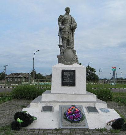 д. Довск Рогачевский р-на. Памятник, установленный на братской могиле, в которой похоронено 139 советских воинов.
