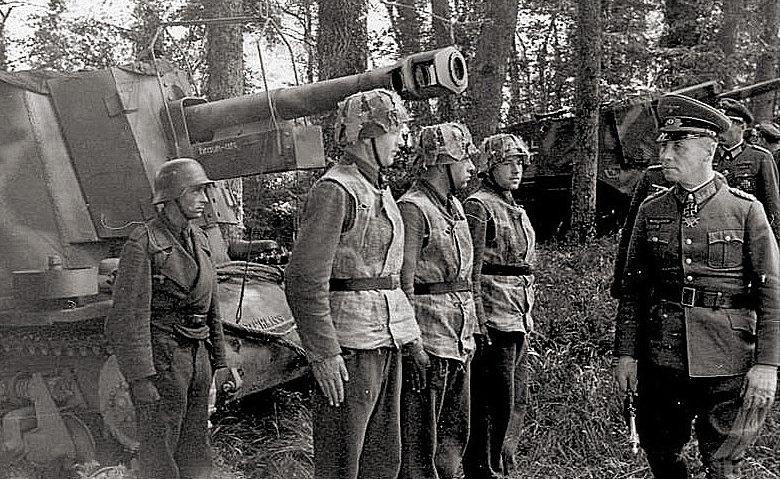 Фельдмаршал Роммель осматривает 21-ю танковую дивизию в Нормандии. 1944 г.