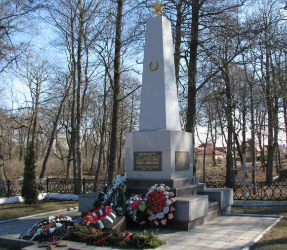 Агрогородок Коптеевка Гродненского р-на. Памятник, установленный на братской могиле, в которой похоронен 101 советский воин.