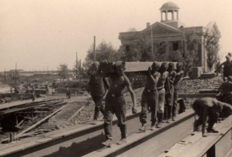 Немцы восстанавливают «Литерный» железнодорожный моста. Август 1942 г.