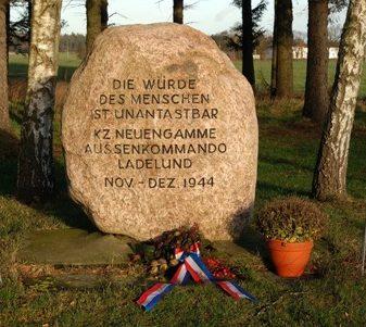 Мемориальный камень и памятник на месте концлагеря.