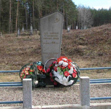 д. Локно Гродненского р-на. Памятник, установленный на братской могиле, в которой похоронено 13 неизвестных советских воинов.
