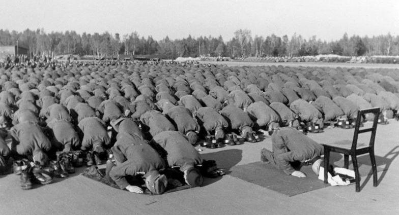 Солдаты дивизии «Ханджар» совершают намаз.