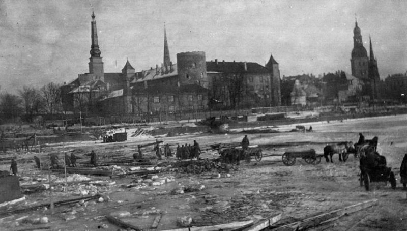 Строительство Вальдемаровского моста через Даугаву. Январь 1945 года.