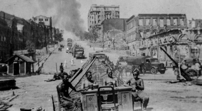 Немецкие солдаты на Буденновском проспекте. Лето, 1942 г.