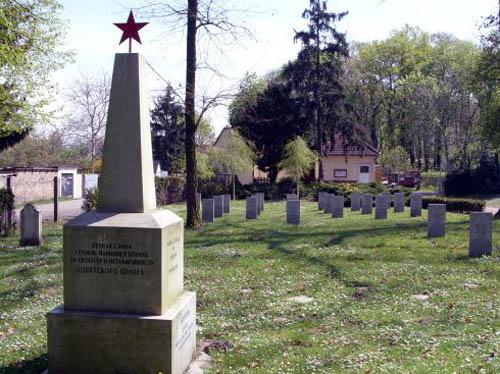 г. Науэн. Памятник, установленный на братской могиле, в которой похоронено 128 советских воинов.