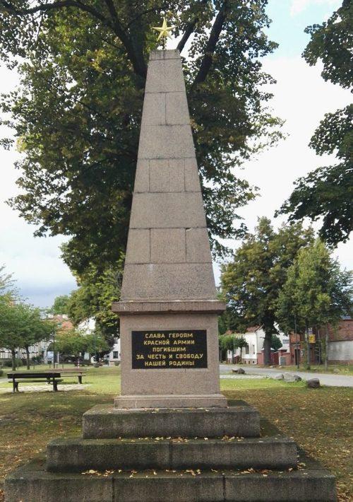 Муниципалитет Неннхаузен. Памятник, установленный на братской могиле, в которой похоронено 49 советских воинов.
