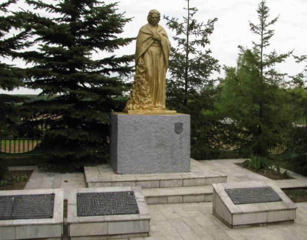 д. Новосёлки Гродненского р-на. Памятник, установленный на братской могиле, в которой захоронено 25 советских воинов.