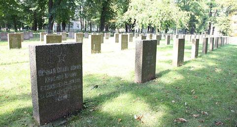 г. Нойруппин. Памятник, установленный у братских могил, в которых похоронено 227 советских воинов.