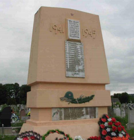 Агрогородок Озёры Гродненского р-на. Памятник, установленный на братской могиле, в которой захоронено 72 советских воина, в т.ч. 50 неизвестных.