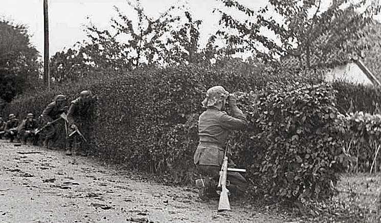 Német gyalogosok lesben.  1944 g.