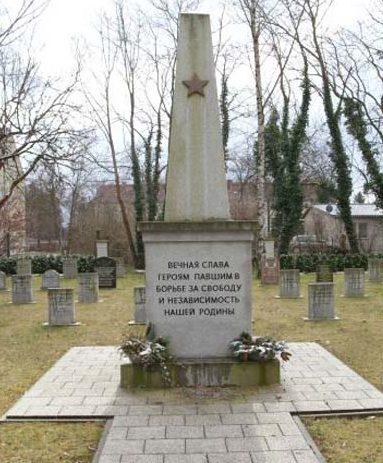 г. Нойруппин р-н д. Альт Руппин. Памятник, установленный у братских могил, в которых похоронено 84 советских воина.