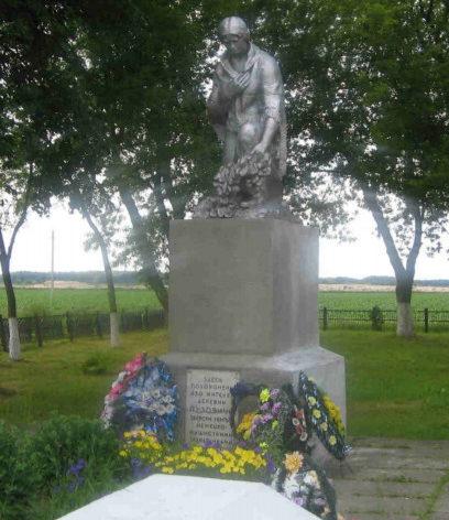 д. Партизанская Гродненского р-на. Памятник, установленный на братской могиле, в которой захоронено 650 советских воина, в т.ч. 247 неизвестных.