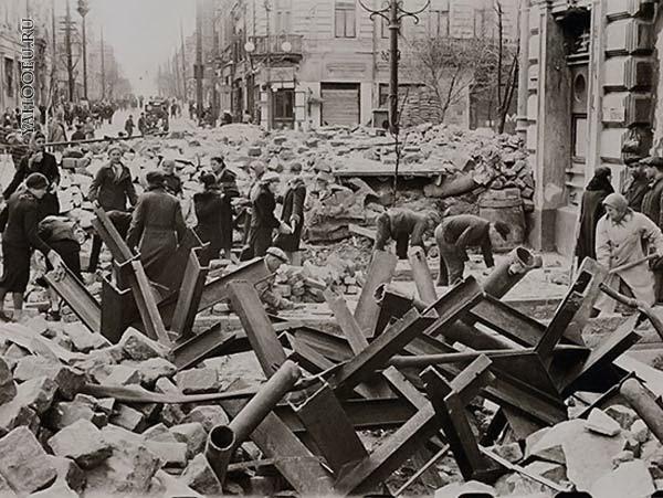 Местные жители на уборке города. Лето 1942 г.