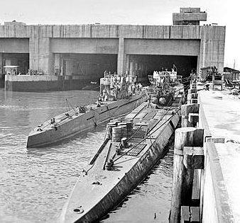 Подлодки типов VII и IX после окончания войны перед бункером «Dora 1».