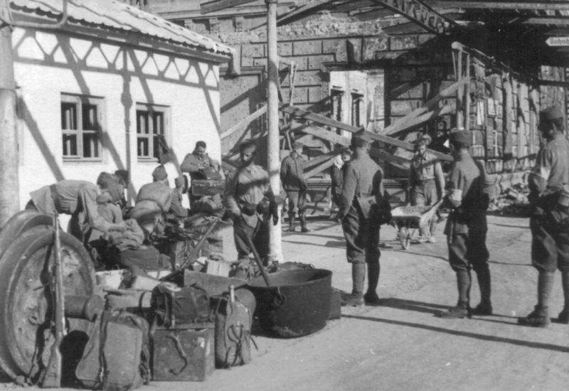 Румынские солдаты на перроне ж/д вокзала. Сентябрь 1942 г.