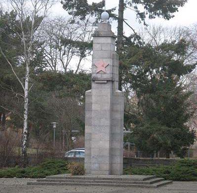 г. Ораниенбург. Памятник, установленный у братских могил, в которых похоронено 500 советских воина.