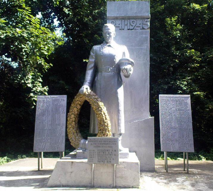 д. Горностаевичи Свислочского р-на. Памятник, установленный в 1967 году на братской могиле, в которой похоронено 26 советских воинов.