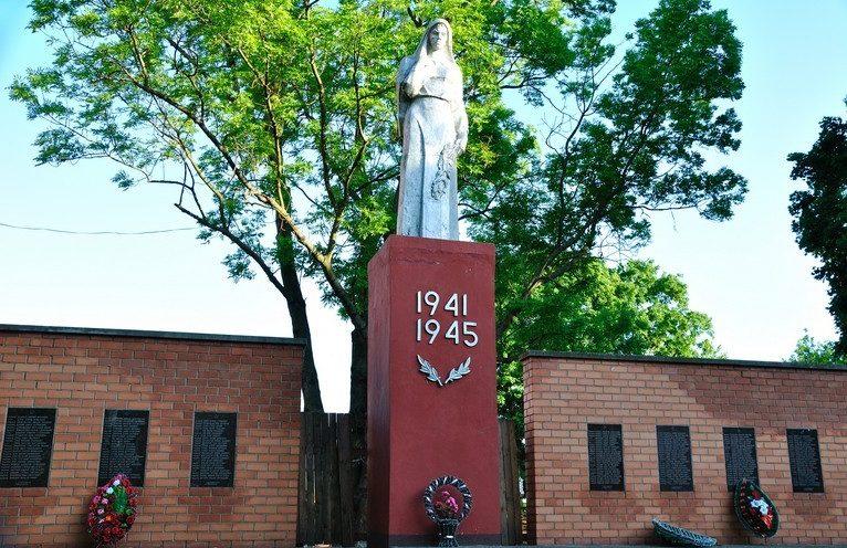 г. Туров Житковичского р-на. Памятник скорбящей матери.