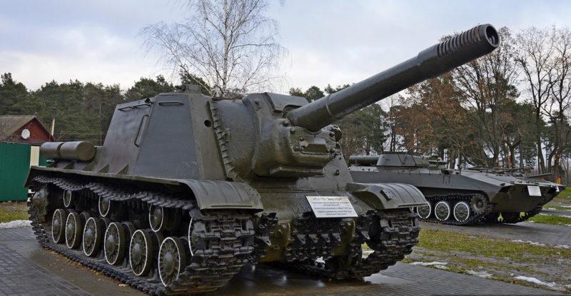 Военная техника и орудия на мемориале.