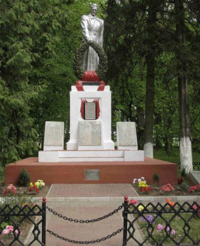 Агрогородок Свислочь Гродненского р-на. Памятник, установленный на братской могиле, в которой захоронено 345 советских воинов.