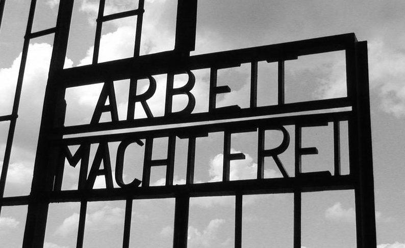 Вывеска над воротами концлагеря - «Труд освобождает».