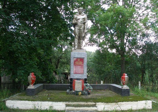 д. Кукличи Свислочского р-на. Памятник, установленный в 1967 году на братской могиле, в которой похоронено 27 советских воинов.