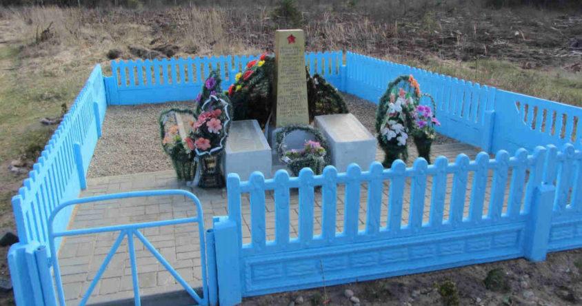 д. Синий Камень Гродненского р-на. Памятник, установленный на братской могиле, в которой захоронено 40 советских воинов.