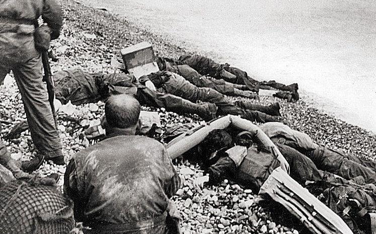 Az 1. gyalogos hadosztály meggyilkolt amerikaiak az Omaha Beach-i partraszállás során.  1944 g.
