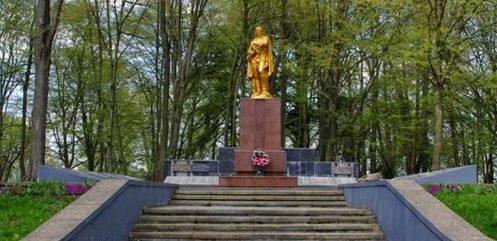 г. Скидель Гродненского р-на. Памятник, установленный на братской могиле, в которой захоронено 1 138 советских воинов, из них 385 неизвестных.