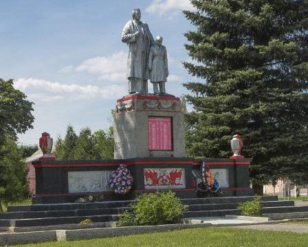 п. Порозово Свислочского р-на. Памятник, установленный в 1961 году на братской могиле, в которой похоронено 111 воинов 391-го и 422-го полков 170-й дивизии 48-й армии 1-го Белорусского фронта, которые погибли в июле 1944 года в боях при освобождении поселка и района.