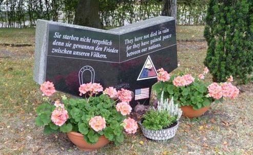 д. Шмидт. Мемориал ветеранов немецкого 89-го отделения «Инфантери» и американского 707-го танкового батальона, которые сражались здесь во время войны.
