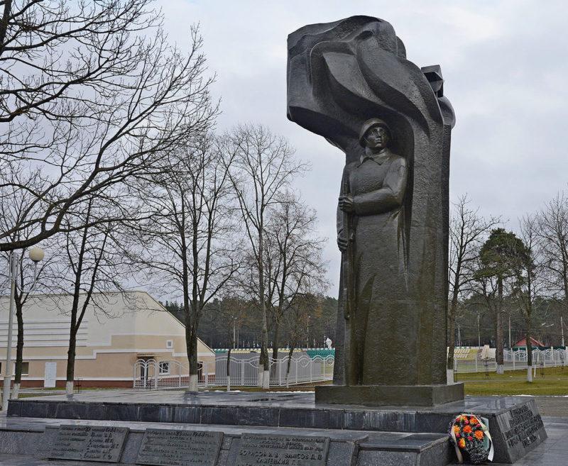 г. Рогачёв. Памятник по улице Ленина, установленный на братской могиле был открыт в 1987 году. Архитектор - Ткачук М.Ф., скульптор - Борозенников А.А.