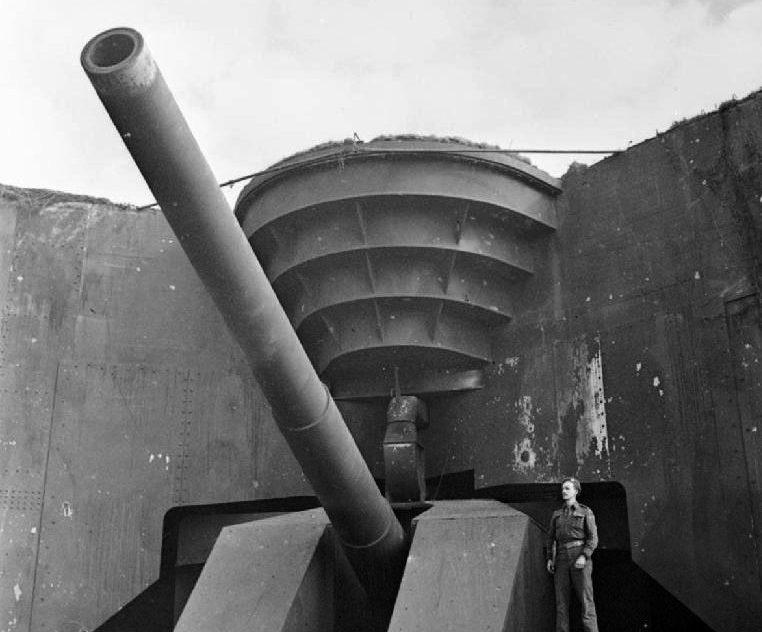 Британский солдат позирует у захваченного 380-мм орудия. Кап-Грис-Нез. 1944 г.