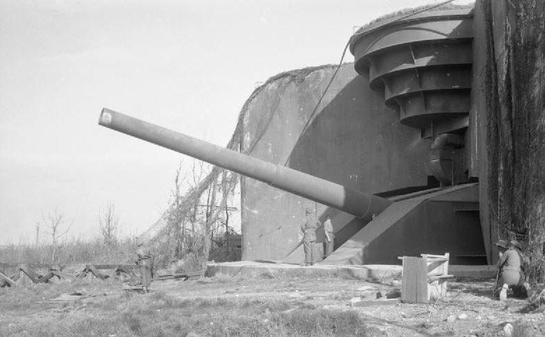 Британские солдаты у захваченного 380-мм орудия. Кап-Грис-Нез. 1944 г.