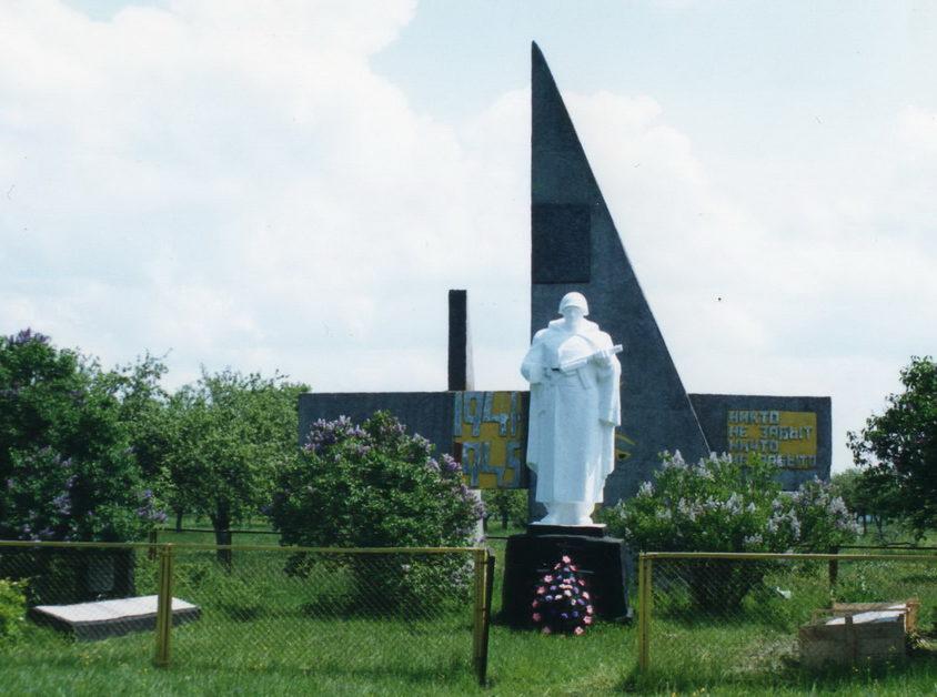 д. Гелин Жлобинского р-на. Памятник, установленный на братской могиле, в которой захоронено 483 воинов 368-го, 616-го, 967-го полков 73-й стрелковой дивизии, погибших в боях с немецко-фашистскими захватчиками в декабре 1943 года.