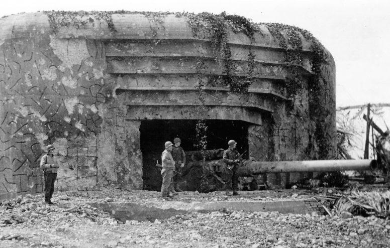Американские солдаты у захваченного 210 мм орудия Skoda в каземате №1 батареи Крисбек. 1944 г.