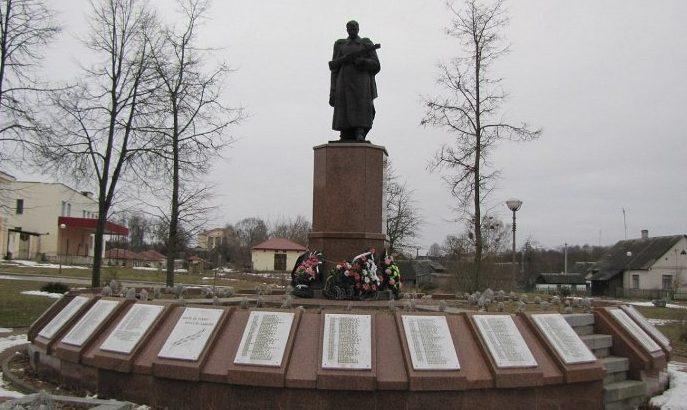 п. Сопоцкин Гродненского р-на. Памятник, установленный на братской могиле, в которой похоронено 980 советских воинов, в т.ч. 35 неизвестных.