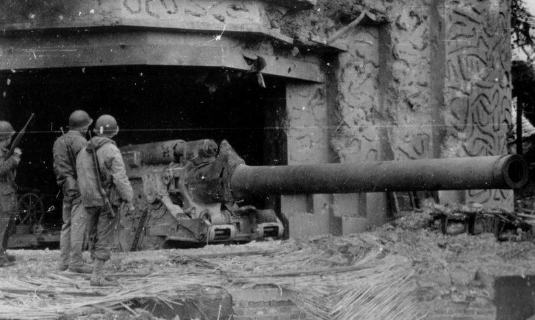Amerikai katonák egy elfogott 210 mm-es fegyvernél, a krisbeki üteg 2. kazematájában.  1944 g.