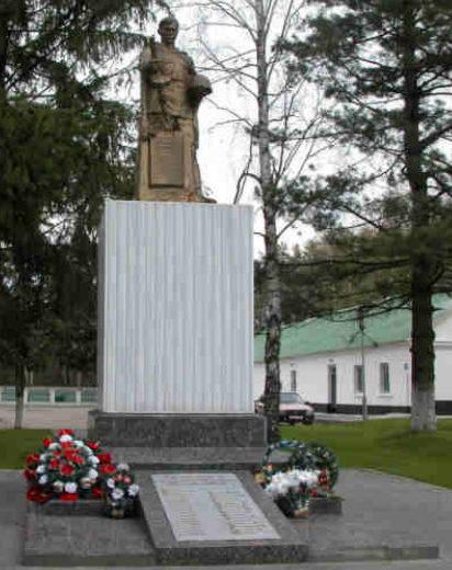 п. Сопоцкин Гродненского р-на. Памятник на застава им. .В. Усова, установленный на братской могиле, в которой похоронен 21 советский воин, из них 6 неизвестных.