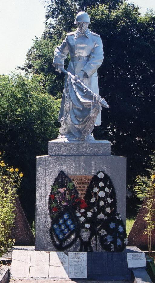 д. Доброгоща Жлобинского р-на. Памятник, установленный в 1959 году на братской могиле, в которой похоронено 1 169 воинов 39-го, 101-го, 137-го, 705-го, 771-го, 954-го, 1023-го стрелковых полков 48 Армии 1-го Белорусского фронта погибшие в боях с немецко-фашистскими захватчиками в декабре 1943-го – январе 1944 годов.