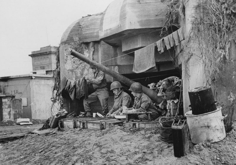 Солдаты союзников за стиркой на захваченной батареи. Нормандия.1944 г.