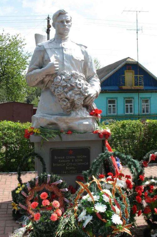 г. Жлобин. Братская могила советских воинов и партизан на перекрёстке улиц Кутузова и Космонавтов.